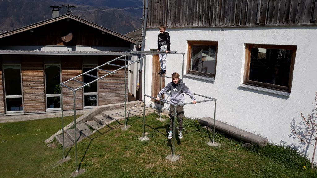 Thomas aus Tirol hat mit seinen Söhnen ein eigenes Fitnessgerät/Klettergerüst gebaut
