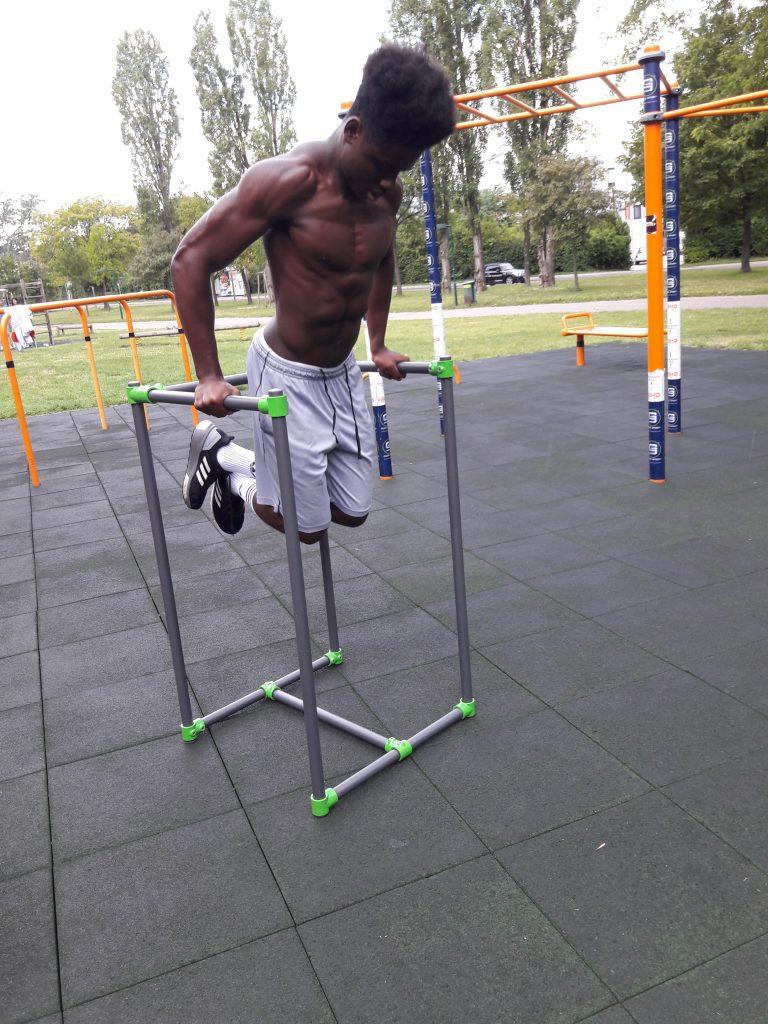 Cali-Cube das Trendsportgerät Beim Training im Park.