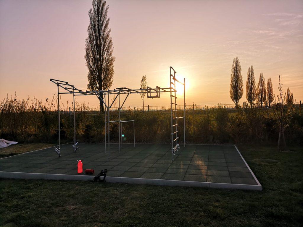 Cali-Cube-Kunde- Martin-baut-sein-eigenes-Fitnessgerät-mit-Kee-Klamp-Rohrverbinder