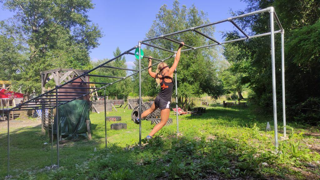 Trainingsareal baut Monkeybar mit Cali-Cube